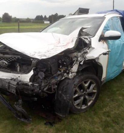Czerwony uszkodzony samochód sprzedany w skupie aut powypadkowych poznań