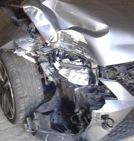 Czarne auto z wgnieceniem z boku w skupie aut powypadkowych w poznaniu